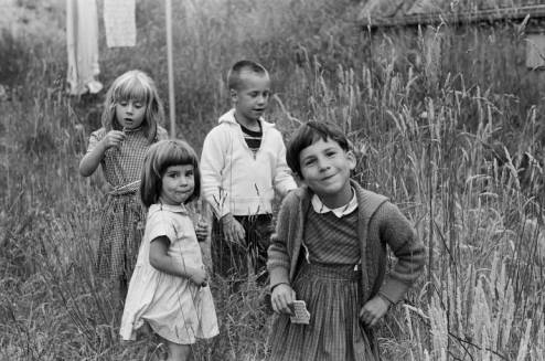 Unidentified_children_in_field_ca_June_1961